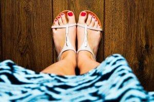 Les sandales plates et les nu pieds ont la côte